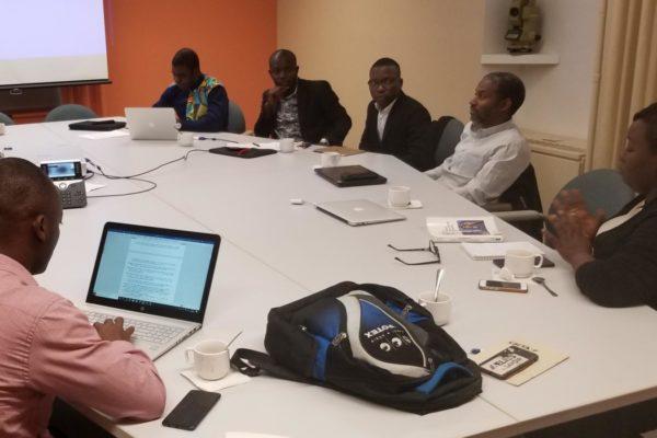 Les trois doctorants discutent de leurs recherches avec les professeurs et chercheurs présents.