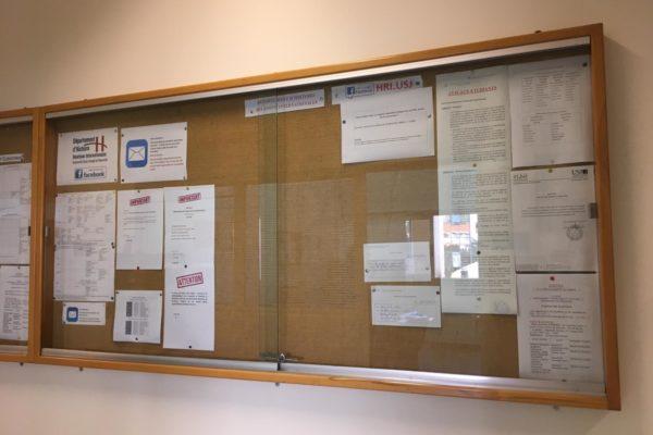 Le panneau d'affichage situé devant le secrétariat informe les étudiants des dates de rattrapages de cours.